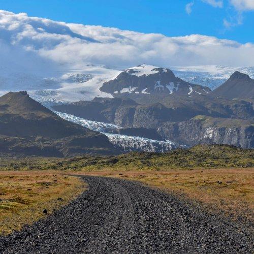 Der Weg lenkt den Blick des Betrachters auf das Gebirge. (Global City Guide, Quelle: unsplash.com)